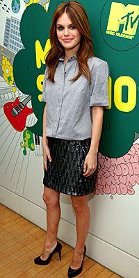 Sevimil star Rachel Bilson, koton gömleğiyle payetli eteğini kombinlerken bir an bile tereddüt etmişe benzemiyor.